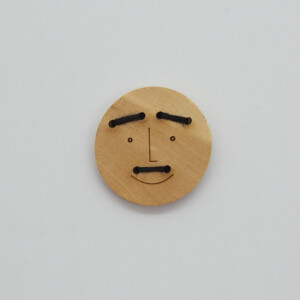 WOODEN BUTTON FUNNY FACES FREDDIE 23 mm